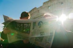Rome, Italië - 20 januari 2019: een christelijke, katholieke priesterlezing het Italiaans stock foto's