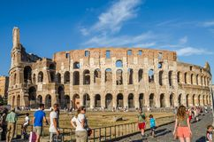 ROME, ITALIË - JULI 2017: De toeristen lopen dichtbij Arc de Triomphe van Constantine en Colosseum in Rome, Italië Royalty-vrije Stock Afbeeldingen