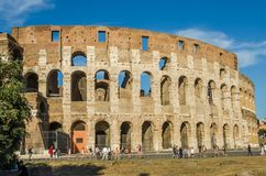 ROME, ITALIË - JULI 2017: De toeristen lopen dichtbij Arc de Triomphe van Constantine en Colosseum in Rome, Italië Stock Afbeelding
