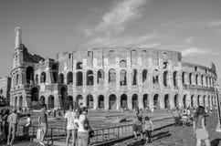 ROME, ITALIË - JULI 2017: De toeristen lopen dichtbij Arc de Triomphe van Constantine en Colosseum in Rome, Italië Stock Afbeeldingen