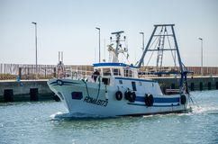 ROME, ITALIË - JULI 2017: De vissersboot komt na visserij in de haven van Fiumicino op een de zomer zonnige dag Stock Fotografie