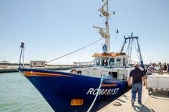 ROME, ITALIË - JULI 2017: De vissersboot komt na visserij in de haven van Fiumicino op een de zomer zonnige dag Royalty-vrije Stock Afbeeldingen