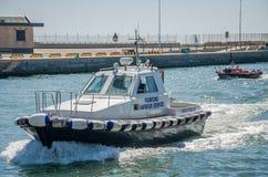 ROME, ITALIË - JULI 2017: De vissersboot komt na visserij in de haven van Fiumicino op een de zomer zonnige dag Stock Foto's
