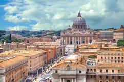 ROME, ITALIË - 01 JULI, 2014 - Mooie mening van Vatikaan en Basiliek van St Peter van dak van de Engelenkasteel van heilige royalty-vrije stock afbeeldingen