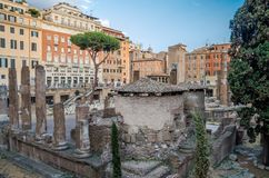 ROME, ITALIË - JULI 2017: Oude ruïnes in het Vierkant van Torre Argentinië, de plaats van de dood van Keizer Julius Caesar in Rom Royalty-vrije Stock Afbeeldingen