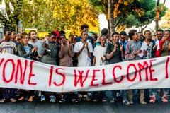 Rome, Italië - 20 juni 2018: Afrikaanse migranten en vluchtelingen maart die om gastvrijheid en verblijfsvergunning vragen stock afbeeldingen