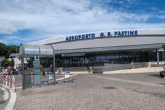 Rome Italië 17 Juni 2016 De ingang van de Ciampinoluchthaven met toeristen Royalty-vrije Stock Fotografie