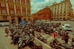 ROME, ITALIË - JUNI 13, 2015: De plaats van het motorfietsparkeren dichtbij centrum van Rome, mensen die het rondwandelen scooter Royalty-vrije Stock Fotografie