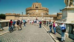 Rome, Italië - Juni, 2017: Een menigte van toeristen loopt rond het beroemde standbeeld van Castel Santangelo en Berninis- stock videobeelden