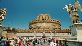 Rome, Italië - Juni, 2017: Het standbeeld van Castel Santangelo en Berninis-: mensen op de brug steadicam schot stock footage