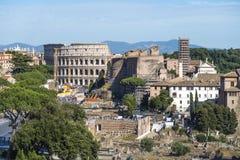 Rome Italië 18 Juni 2016 Metro van de Colosseumlijn C over grondbouw Stock Fotografie