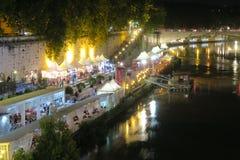 Rome Italië 17 Juni 2016 Openlucht de zomerwinkels op rivier Tiber bij nacht Stock Fotografie
