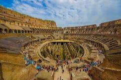 ROME, ITALIË - JUNI 13, 2015: Roman Coliseum van binnenuit, mensen die en op dit grote oude symbool af letten bezoeken Stock Foto's