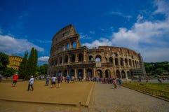 ROME, ITALIË - JUNI 13, 2015: Roman coliseummening van buiten, turists die en deze iconische structuur lopen bezoeken Stock Foto's