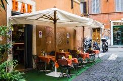 Rome, Italië - Maart 21, 2015: Barrestaurant op straat in historisch centrum van Rome, Italië Royalty-vrije Stock Foto