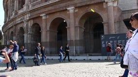 ROME, ITALIË - Maart 25, 2017: Coliseumtoeristen die beeld via telefoon nemen dichtbij Colosseum in Rome stock videobeelden