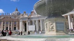 ROME, ITALIË - Maart 25, 2017: Fontein bij het Vierkant en de Basiliek van St Peter in Rome stock videobeelden