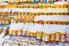 ROME, ITALIË - MAART 21, 2015: - Italiaanse deegwaren op verkoop bij openluchtmarkt Op het Campo DE Fiori vierkant in centraal Ro Stock Foto's