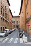 Rome, Italië - Maart 23, 2015: Parkeren op smalle straat in Rome, Italië Stock Afbeelding