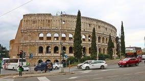 ROME, ITALIË - Maart 25, 2017: Toeristenbus in Rome op de achtergrond van Colosseum , Italië stock video