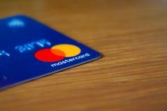 Rome/Italië - 10 04 2018: Mastercard-embleem op blauwe creditcard stock foto