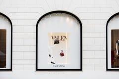 Rome, Italië - Mei 13, 2018: De vensters van de Valentinoopslag in Rome royalty-vrije stock afbeelding