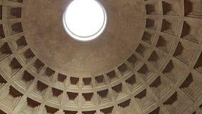 Rome, Italië - Mei 05, 2016: Pantheonbinnenland Oude Roman tempel en mening van monumentale koepel met licht gat in stock videobeelden