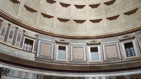 Rome, Italië - Mei 05, 2016: Pantheonbinnenland Vele toerist in de oude Roman tempel en de mening van koepel met licht binnen gat stock footage