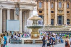 Rome, Italië - 23 06 2018: Mening van een fontein in de Stad van Vatikaan royalty-vrije stock foto's