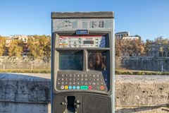 11/09/2018 - Rome, Italië: Nieuw Parkerenkaartje die machines betalen royalty-vrije stock fotografie