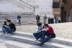 Rome, Italië, 14 Oktober, 2011: De toeristen zitten op de stappen van een Katholieke tempel stock fotografie