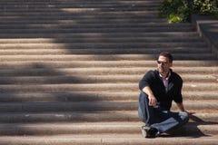 Rome, Italië, 9 Oktober, 2011: De toeristen zitten op de stappen van een Katholieke tempel stock foto
