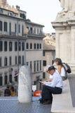 Rome, Italië, 14 Oktober, 2011: De toeristen zitten op de stappen van een Katholieke tempel royalty-vrije stock foto's