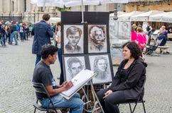 Rome, Italië - Oktober 2015: Een begaafde straatkunstenaar trekt een potlood op document portret van een vrouwenzitting op een st Royalty-vrije Stock Foto's