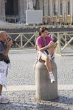 Rome, Italië, 13 Oktober, 2011: Een jonge vrouw zit op een omheining in St Peter Vierkant royalty-vrije stock foto