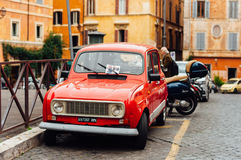 ROME, ITALIË - OKTOBER 27, 2015: Klein rood Renault op oud Italië Stock Foto