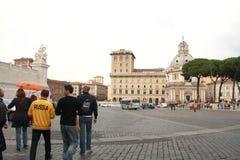 Rome, Italië - Oktober 27, 2011: Russische toeristen bij het vierkant, een mens in geel jasje met inschrijving 'Rusland royalty-vrije stock foto's