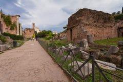 ROME, ITALIË - September 12, 2016: Toeristen die Roman Forum in Rome bezoeken tijdens bewolking royalty-vrije stock foto's