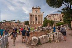 ROME, ITALIË - September 12, 2016: Toeristen die Roman Forum in Rome bezoeken tijdens bewolking royalty-vrije stock foto