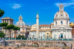 Rome, Italië: Traiankolom en Santa Maria di Loreto-kerk, Italië royalty-vrije stock foto's