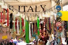 ROME, ITALIE - APRILE, 6 : Façonnez les colliers sur le dei Fiori, Rome, Aprile 6, 2013 de Campo du marché Images libres de droits