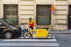 ROME, ITALIE - 4 avril 2017 : Facteur en service de DHL d'Italien avec salut photographie stock libre de droits