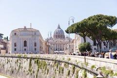 ROME, ITALIE - 27 AVRIL 2019 : Vue de la distance de la basilique de St Peter du bord du Tibre images libres de droits