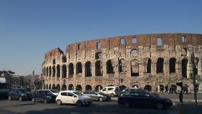 ROME, ITALIE - 9 JUIN 2018 : Timelapse a tiré du trafic tout près le Colosseo à Rome Le Colosseum également connu sous le nom de banque de vidéos