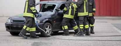 Rome, Italie - 10 mai 2018 : Les sapeurs-pompiers italiens emploient les cisaillements photos stock