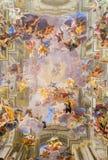 ROME, ITALIE - 10 MARS 2016 : La partie centrale du fresque baroque de chambre forte l'apothéose de St Ignatius Photo stock