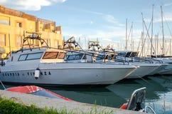 Rome, Italie - octobre 2015 : Les yachts et les bateaux se sont accouplés au pilier en mer au port de Rome en Italie au coucher d Photographie stock libre de droits
