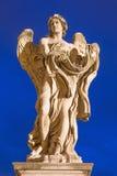 ROME, ITALIE, 2016 : Statue d'ange avec le vêtement et les matrices par Paolo Naldini et x28 ; 1619 - 1691& x29 ; au crépuscule photos libres de droits