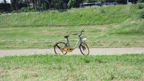 ROME, ITALIE - VERS en mai 2018 : Bicyclette d'oBike de Stationless se tenant sur le cirque Maximus à Rome, Italie banque de vidéos