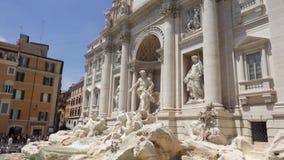 ROME, ITALIE - VERS en mai 2018 : Fontaine de TREVI au centre de Rome, Italie L'eau entrant dans le mouvement lent clips vidéos